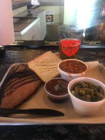 Keller, เท็กซัส: Delicious sliced brisket, green beans & barbecue beans with Texas toast and the BEST sauce