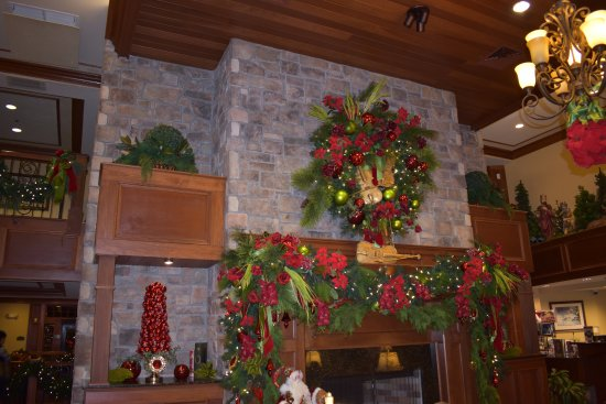 The Inn at Christmas Place: Fireplace in the Main Lobby