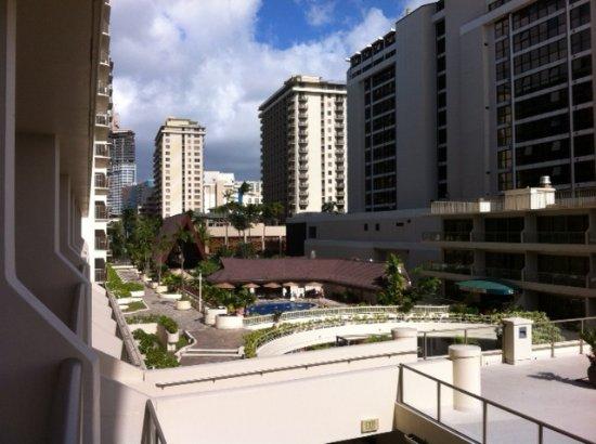 Outrigger Reef Waikiki Beach Resort: 4th. floor view towards pool
