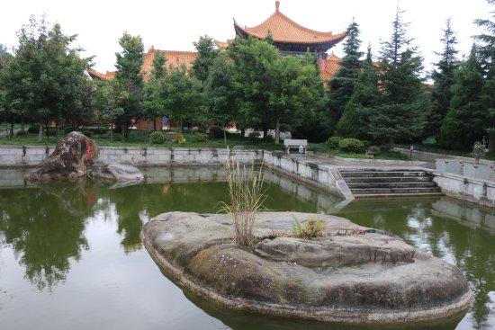 Dali, Çin: Un padiglione dietro un laghetto