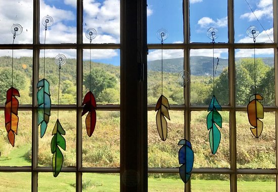 Wallingford, VT: Gorgeous stained glass feathers and our gergeous VT view!