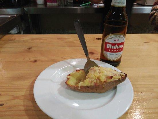 Una, Spain: Patata asada con bacon y queso para combatir el frío de la nieve!!