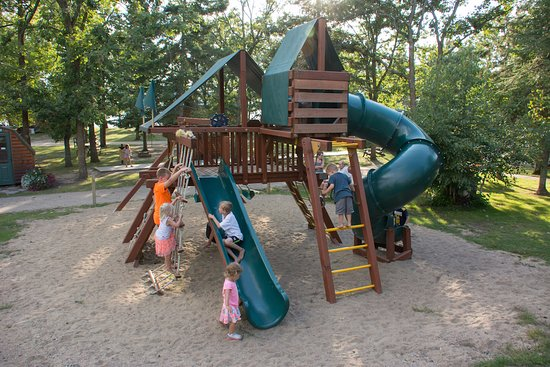 Bear Paw Resort: Huge playground for the children.
