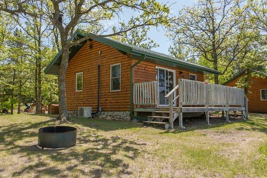 Bear Paw Resort: Cabin #5 Heron, 2 bedroom w/ Queen, Twin loft over Full. A/C, heat, wifi, Satellite TV, full bat