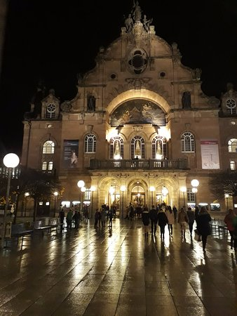 Staatstheater Nurnberg: Opera house at night