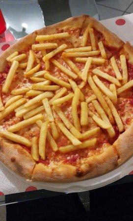 Rescaldina, Italien: Pizza con patatine fritte, fantastica.