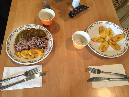 Amenia, Estado de Nueva York: Left: small curried goat w/rice & beans & plantains; right: small order of plantains.