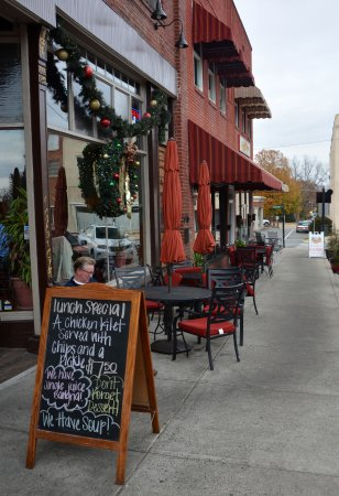 Lincolnton, Carolina del Norte: Sidewalk Dining