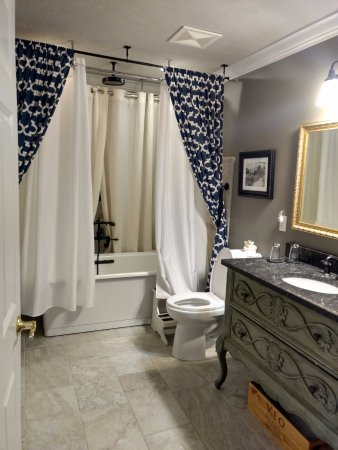 Chateau Chantal Winery and Inn: Monet suite bathroom