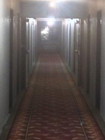 Best Western Black Hills Lodge: hallway, no light fixtures, and no ice!