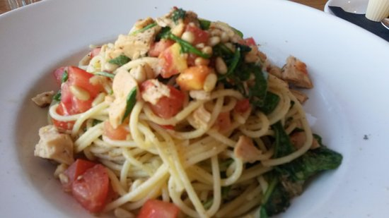 Port Hope, Kanada: Tonno - a pasta with tuna, tomatoes, capers and pine nuts ! Simple but delicious!