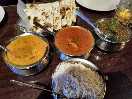 Σάρνια, Καναδάς: korma chickent, shrimp vindaloo, and lamb saag with fresh garlic nan bread and Indian rice
