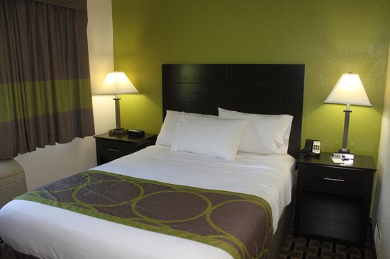 AmericInn West Burlington: Guest room