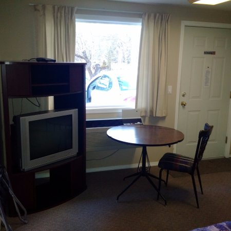 Salmon Arm, Canadá: dinner table by the window and t.v.