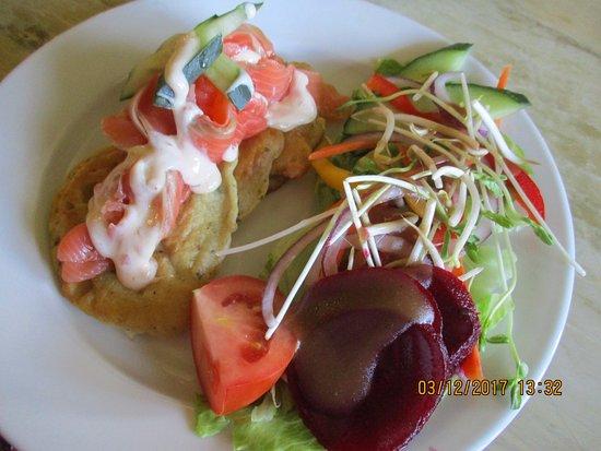 Te Kauwhata, Nya Zeeland: Salmon stack with fresh salad