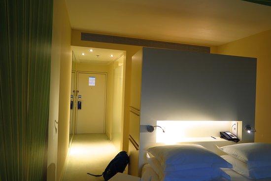 Radisson Blu Resort Split: ด้านหลังเตียงนอนเป็นตู้เสื้อผ้าที่เค้าทำซ่อนไว้ครับ
