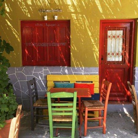 Poseidonia, Grecia: αυλή στο πλάι