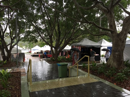 Eumundi, Australia: Still plenty of vendors on a wet day
