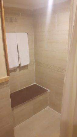 Dusche mit Sitzfläche - Bild von Alf Leila Wa Leila, Hurghada ...