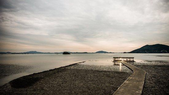 Suncheon, เกาหลีใต้: 노월길의 해변에서 보이는 순천만의 일몰.