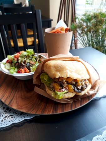 Terrasson-Lavilledieu, France: Le Marie Galante Exotic Burgers