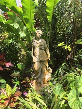 Statues in Hunte's Gardens