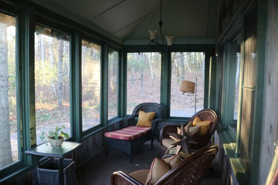Manoir Hovey: screened porch