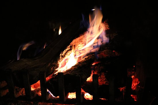 North Hatley, Canada: our nightly wood burning fire. wood supplied daily and prepared