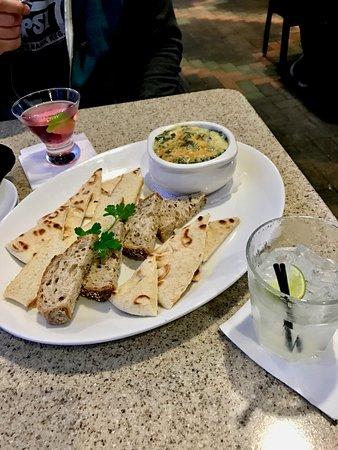 Aliso Viejo, Kaliforniya: Pita and artichoke dip appetizer