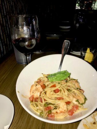 Aliso Viejo, Kalifornien: Shrimp Scampi and a glass of wine