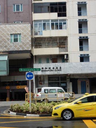 V Hotel Bencoolen: Die kleine Klinik gegenüber hilft sehr schnell !!