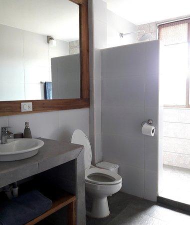 Balgue, Nicaragua: Private Bathroom_(Room 1) with solar hot water rain shower