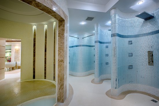 Swimming Pool Entrance Showers - Picture of Almas Hotel 2, Mashhad ...