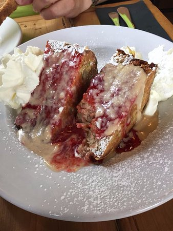 Cornwall, كندا: House Banana Bread, Strawberry Coulis, Peanut Butter Cream Cheese, Whipped Cream