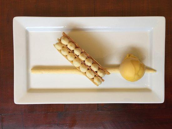 Terre-de-Haut, Guadalupe: Notre millefeuilles à la vanille, sorbet mangue