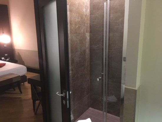 Rome Times Hotel: Shower