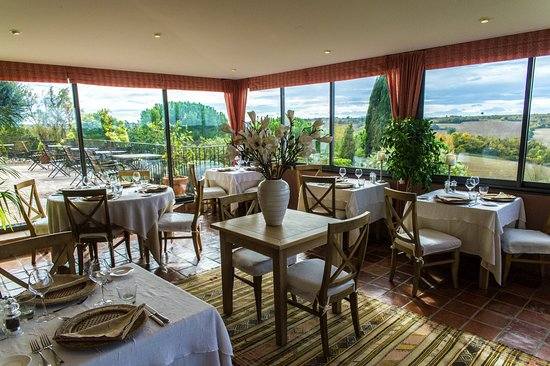 Cuq-Toulza, Francia: the dining room and the terrace