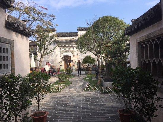 Yi County, จีน: A courtyard and its beauty