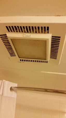 Quality Inn & Suites: Disgusting exhaust fan