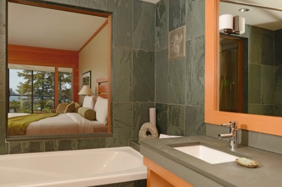 Wickaninnish Inn and The Pointe Restaurant: West Pointe Deluxe Bathroom