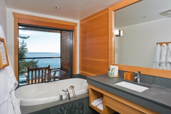 Wickaninnish Inn and The Pointe Restaurant: South Pointe Deluxe Bathroom