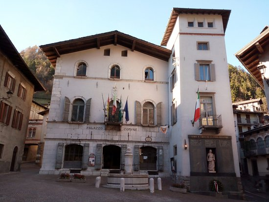 Gromo, Itália: Panoramica sul Palazzo Comunale con la fontana antistante
