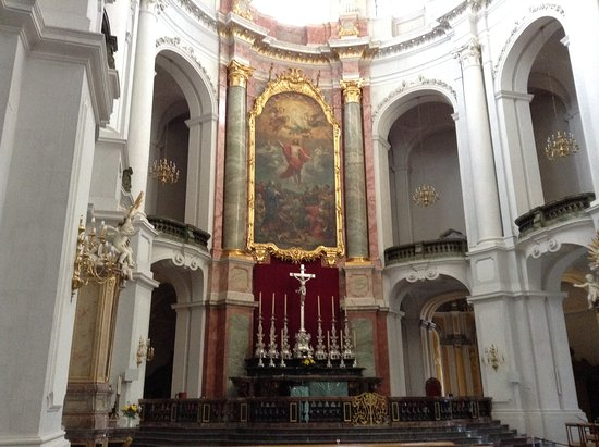 Katholische Hofkirche - Dresden: The altar