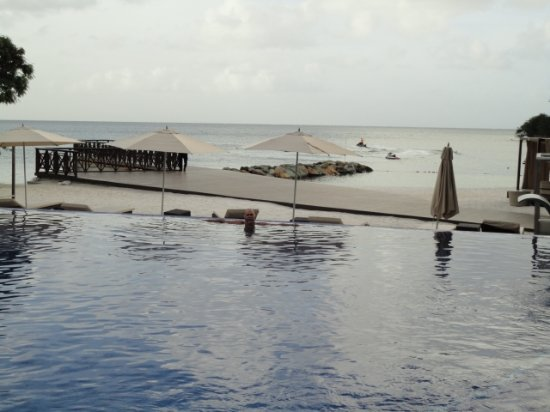 Royalton Saint Lucia: Inifinity pool Dismond Club overlooking Smugglers Cove