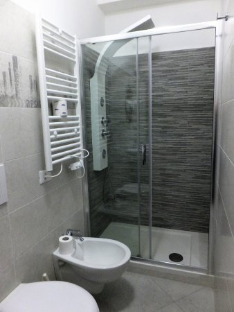 San Lucido, Italy: Multi-jet shower in a budget hotel!