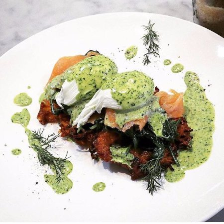 Camberwell, Australia: Salmon Benedict with green hollandaise is a signature dish!