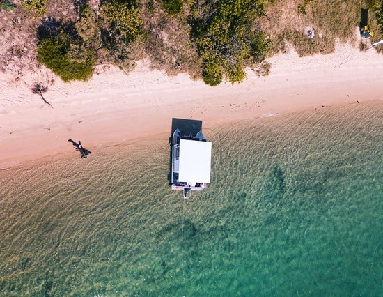 Runaway Bay, Australie : Either party onboard or drop anchor and explore the pristine beaches or just swim in the ocean!