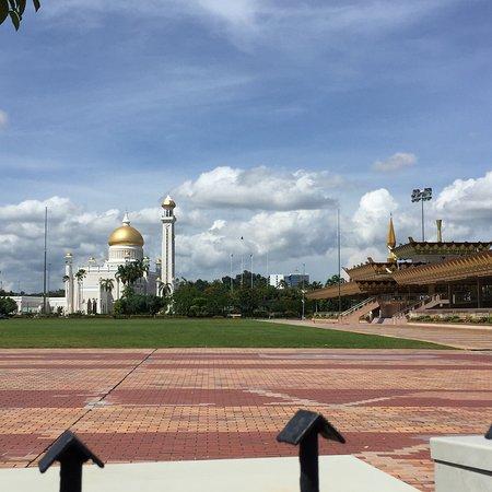 Sultan Omar Ali Saifuddin Mosque: photo0.jpg