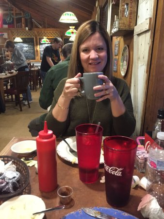 Monteagle, TN : My wife enjoying coffee at the Smokehouse