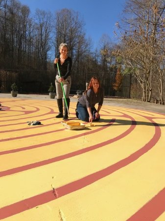 Robbinsville, Karolina Północna: Liz and Janette freshen the paint on the labyrinth.